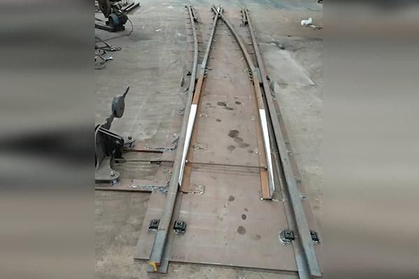 对称钢板道岔