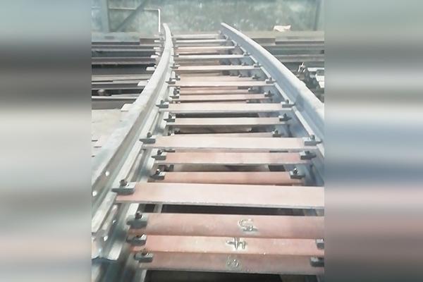 43kg曲线钢轨带枕木